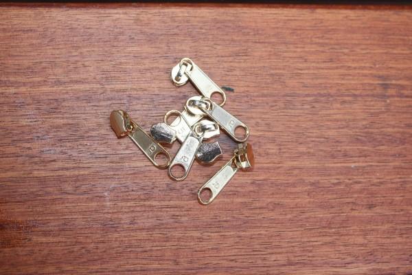 Bügelschieber für metallisierte Reißverschlussmeterware schmal gold