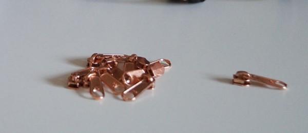 Bügelschieber für metallisierte Reißverschlussmeterware schmal kupfer
