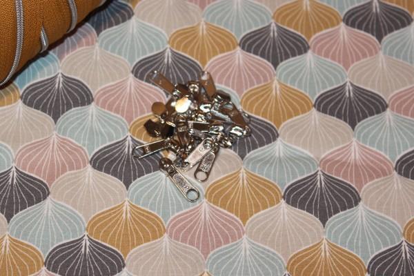 Bügelschieber für metallisierte Reißverschlussmeterware schmal